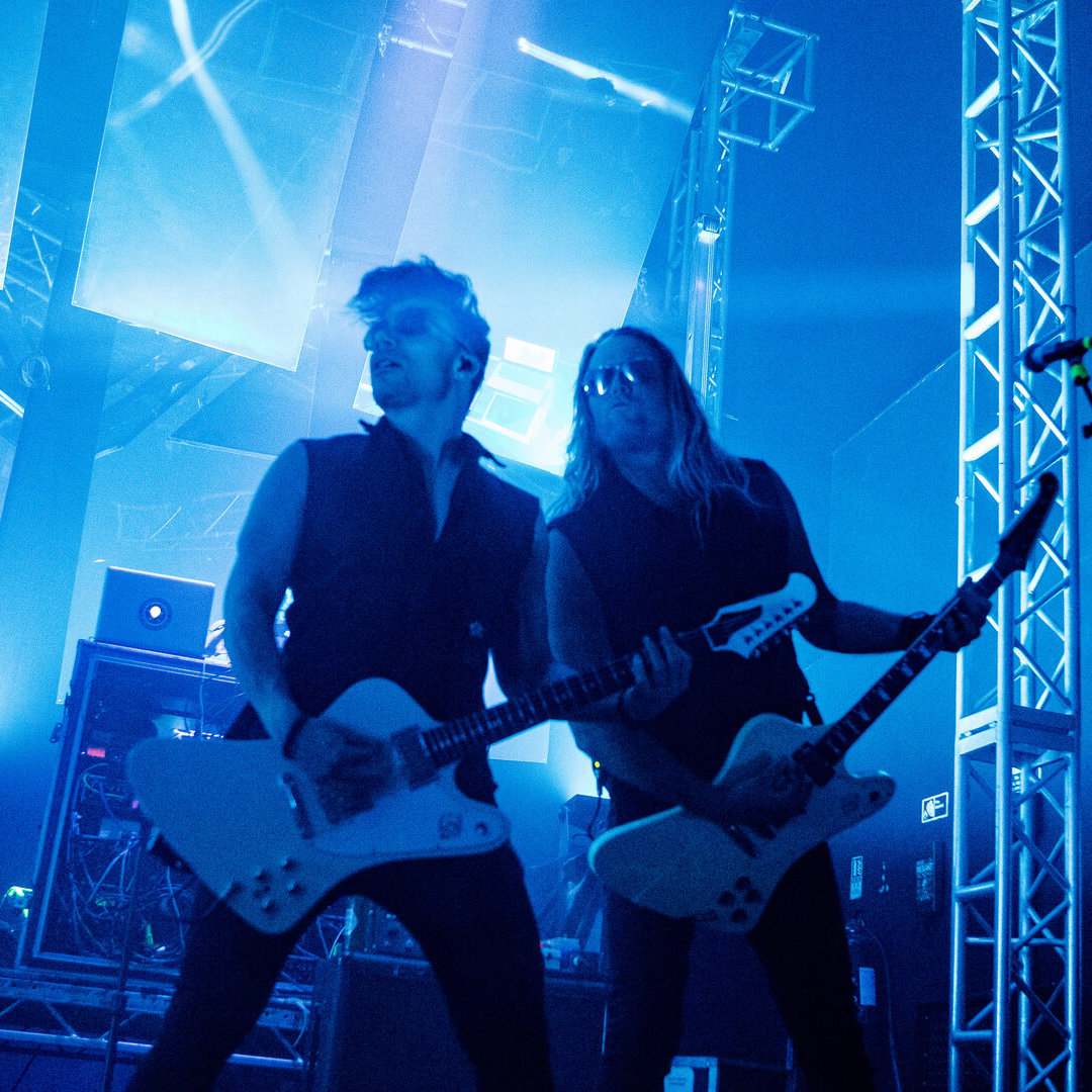 Ben Christo and Dylan Smith, rocking out in blue © Mick Burgess Source: https://www.metalexpressradio.com/2020/03/11/sisters-of-mercy-live/#gallery687-4